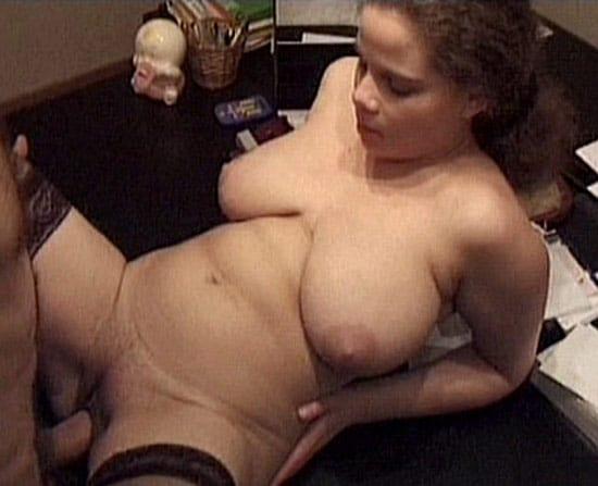 Jeune maghrébine à grosses mamelles sodomisée par un babtou