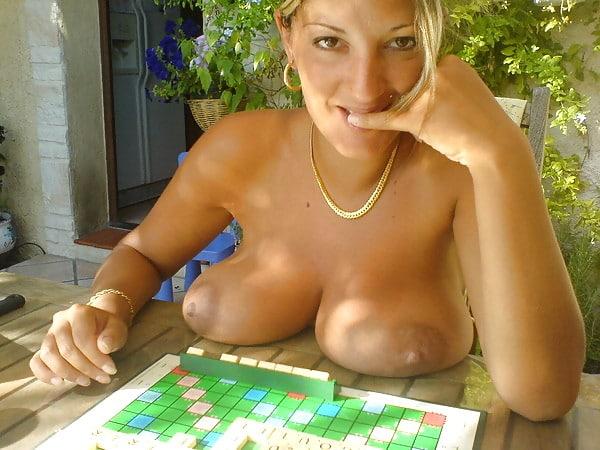MILF marseillaise à gros seins nus au Scrabble