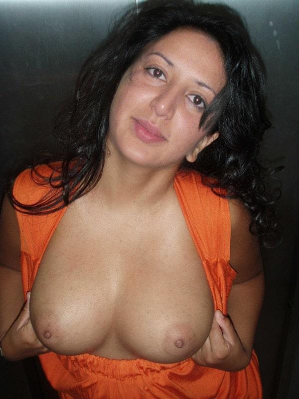 Ilham exhibe ses gros seins dans l'ascenseur