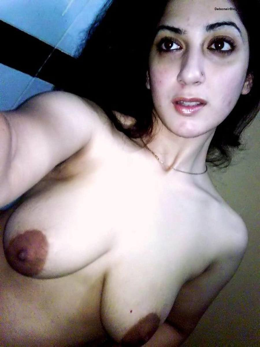 This hot iranian girl takes naked pictures