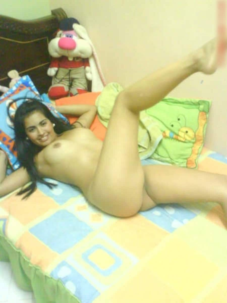 Teen égyptienne nue sur son lit
