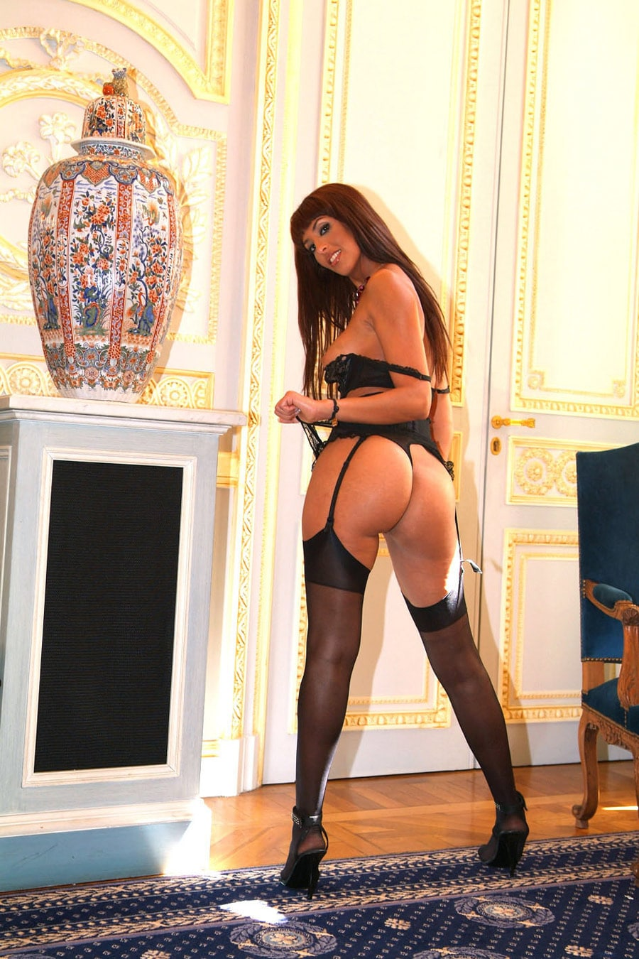 yasmine-bourgeoise-marocaine-sexy-porte-jarretelles-5