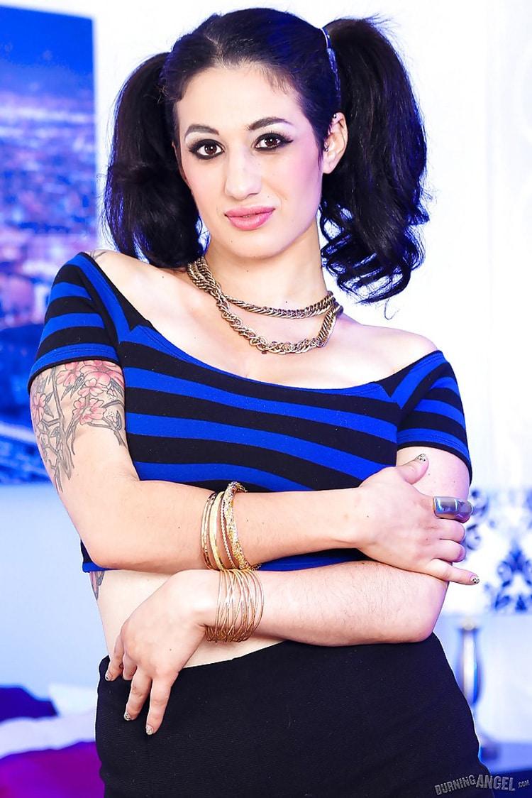 Arabelle Raphaël beurette gros seins tatouée 1